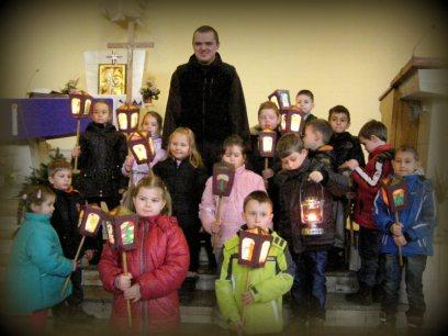 dzieci z lampionami