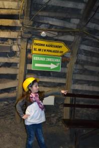 Ania pokazuje kierunek zwiedzania
