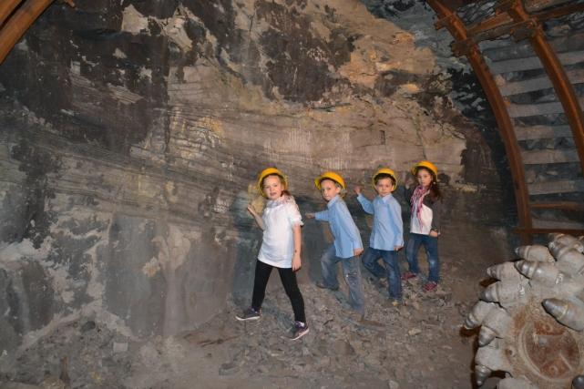 mali górnicy przy ścianie