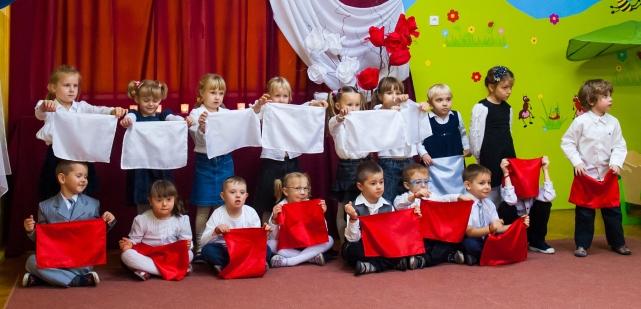 flaga polski z choragiewkami