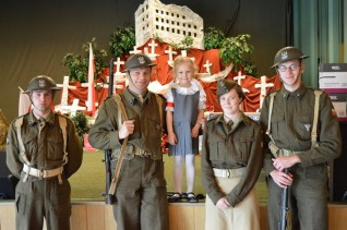 żołnierze grupy rekonstrukcyjnej z Amelią